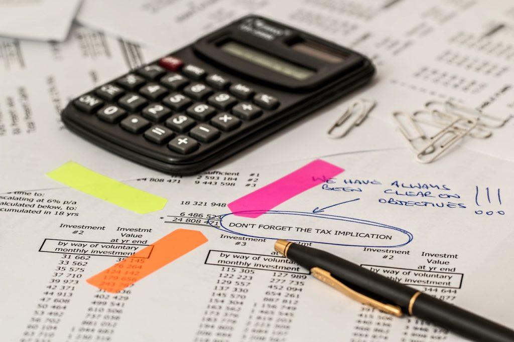 Expert comptable qui calcule